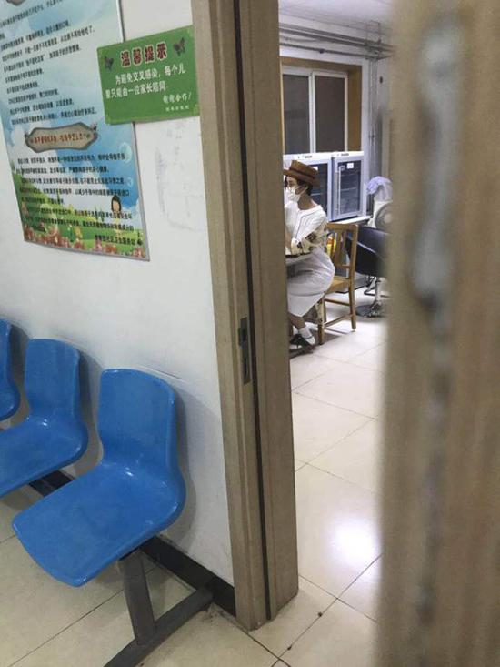 网友此前偶遇张歆艺在社区卫生服务站办母子健康手册