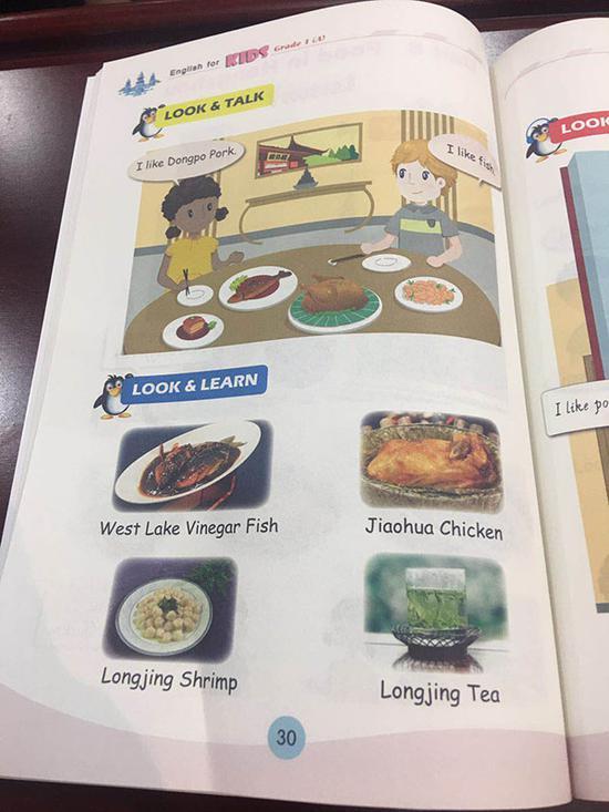 两个外国小朋友品尝杭州美食,同时通过美食真实图片让小朋友更直观了解杭州美食。 本文图片 澎湃新闻记者 葛熔金