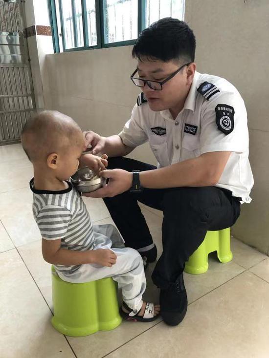 工作人员在照顾走失的男童。受访者供图