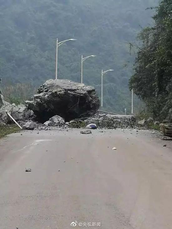 部分村庄有滚石落下。@央视新闻 图