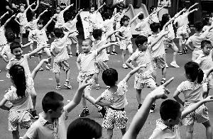 昨日,东城区新中街幼儿园的小朋友在展示科学运动操。