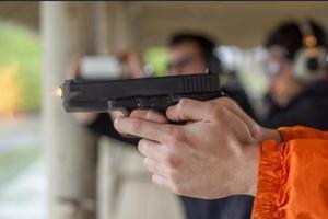 美国教师课堂示范用枪意外走火 致3名学生受伤