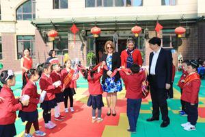 边疆幼儿园引来外国客