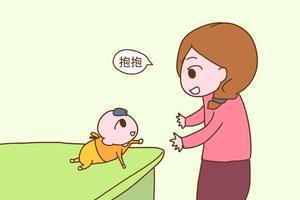 孩子会走路,还老要求爸爸妈妈抱,该不该抱?