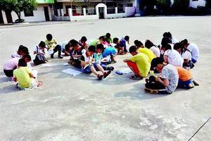 湖北黄石28名小学生被罚烈日下做作业