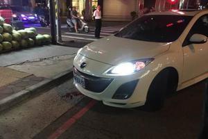 台湾一女子开车门幼子滑车外 友人误踩油门酿惨剧