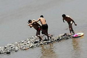 男孩跌入江溺水5分钟 男子8分钟教科书式营救(图)