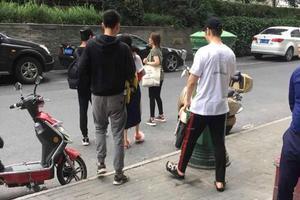 网友偶遇黄晓明带小海绵探班baby:幸福的一家人