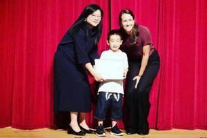陈小春晒儿子幼儿园毕业照 Jasper手拿证书超可爱