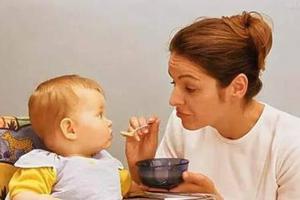 孩子吃饭要人喂是行为退化