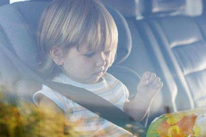 小孩被困车内一小时就中暑