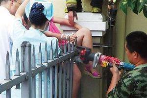 9岁女孩不慎被铁栅栏刺穿臀部 邻居们拿剪刀相助