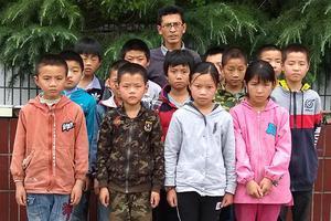四川小学校长患囊肿仍坚持教学:能撑多久就留校多久