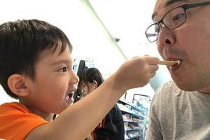 梁静茹老公生日儿子喂食冰淇淋 萌娃五官精致帅气