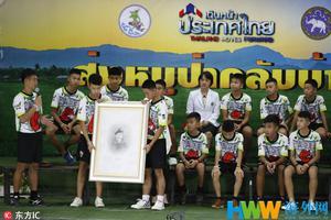 """泰国少年足球队透露""""洞穴""""生活:每天轮流挖洞"""