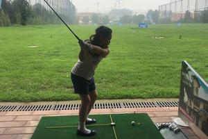 李湘晒女儿打高尔夫照 王诗龄专注挥杆有模有样