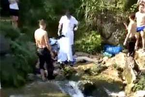 14岁女孩从瀑布高处跳水玩耍 被急流卷入水底溺亡