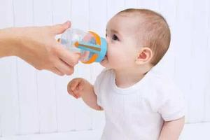 喝水虽好,但这两个时间段不能给宝宝喂水