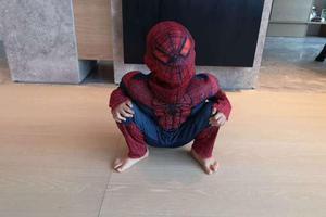 Jasper扮蜘蛛侠蹲地摆pose 手撑膝盖小脚丫很可爱