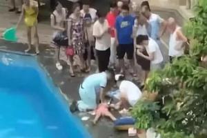 1岁宝宝溺水90秒母亲在旁边看手机 3次提醒被忽视