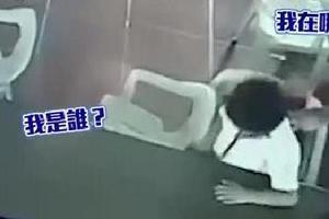 菲律宾一男孩睡糊涂 放学把椅子当包背走笑翻众人