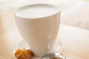 热牛奶上那层膜是脂肪吗?吃了会胖吗?