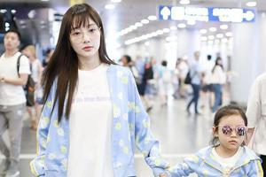 李小璐带女儿甜馨购物 低调温馨挑选平价童装