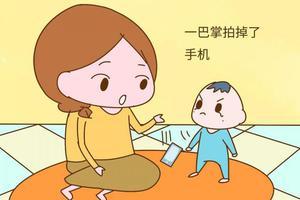一岁儿子生气拍掉妈妈手机