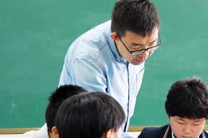 美媒:中国父母开学季千里陪报到 溺爱削弱独立性
