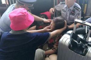 孕妇候车晕倒大出血 深圳皇岗边检民警施救保安全