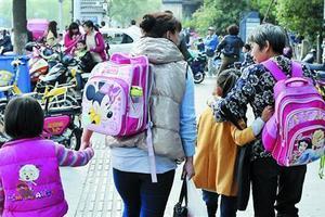 幼儿园放学,谁来接送孩子,其中能够看出很多问题!