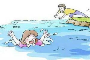 3岁女童落水6岁哥哥手足无措 10岁男孩叫来人救援