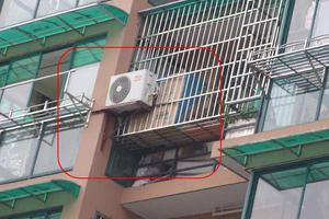 女童被困19楼空调架上 邻居从18楼徒手爬上来救人