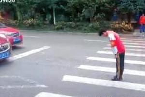 2學生扶老人過馬路向讓行司機鞠躬 暖心舉動獲贊