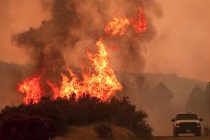 美国父女撤离中被山火包围 父亲唱歌安抚3岁女儿