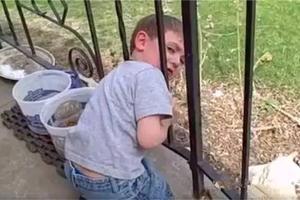 外国小男孩头被栏杆卡住了, 爸爸的处理让国人大开眼界