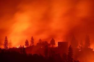 """加州夫妇驱车穿""""山火地狱""""携4个孩子大火中逃生"""