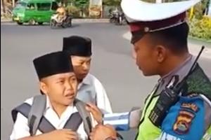 梨花暴雨式哭泣 印尼小学生骑摩托被拦暴哭求放人