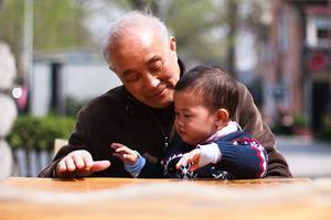 在老人眼里,孙子和外孙有什么不同?