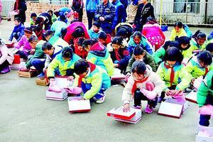 新京报:90后教师为全校学生买棉鞋 别只当暖闻看