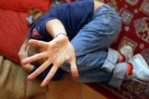 """男子将10岁儿子绑着打 还让两名朋友帮忙""""教育"""""""
