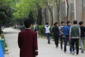 正义网:要求学生有三套校服也得买 合适吗?