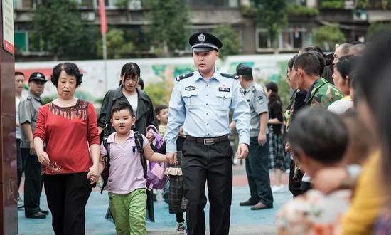 民警执勤小学女生送上热奶茶 民警:我脸都红了