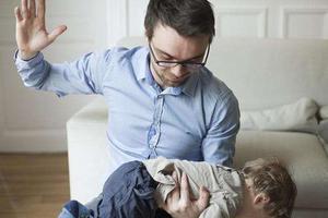 美国研究:学校周五发成绩单 次日虐童案例增加