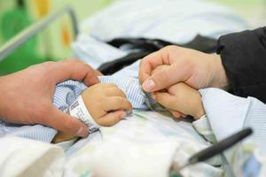 2岁男童不慎将剪刀插入颅内 医疗费用缺口大盼救助