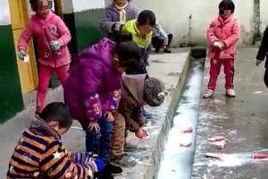 贫困县小学将喝剩牛奶倒水沟 学校:防止变质误食