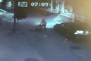 少女上学被拖拽硬塞后备箱 警方:正搜寻男子行踪