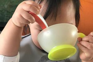 朱丹调侃女儿饭量 小小丹捧碗埋头猛吃气势十足