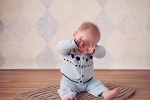 宝宝晚上几点睡最好?抓住这个信?#29275;?#24110;娃改变睡眠习惯