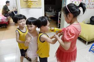 爸爸带四胞胎女儿出门,得知是去打针,小家伙们的反应让人笑喷了